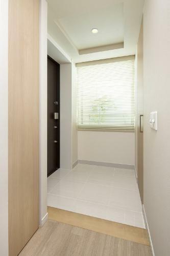 玄関 (新築時施工例写真の為、現況とは異なります)