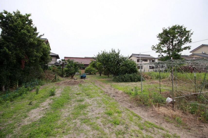 外観・現況 ハウスドゥ半田です!当社は名鉄「成岩駅」西へ徒歩3分。成岩中学校東側にございます。大型駐車場も完備しておりますので、お車でお越しの方もお気軽にご来場くださいませ