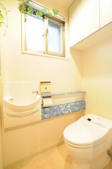トイレ 窓のある手洗いカウンター付きトイレ