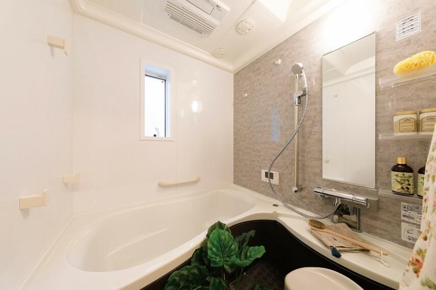 バスルーム/トクラス  家族の疲れを癒す、快適なバスルーム。人間の動きを考えた浴槽デザインや充実のアイテムたちが癒しの時間をサポートしてくれます。