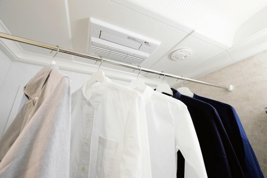 浴室暖房換気乾燥機  冬場でもあらかじめ室内を暖めて快適に入浴できる暖房付き乾燥機。雨の日や外出時に洗濯物を干せて便利。