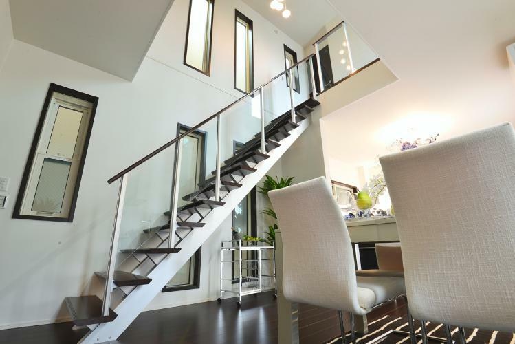 完成予想図(内観) リビング・ダイニングには吹き抜け×アルミ階段!スタイリッシュなデザインで部屋全体の印象が引き締まります。※現地23号地モデルハウス(2019年5月撮影)