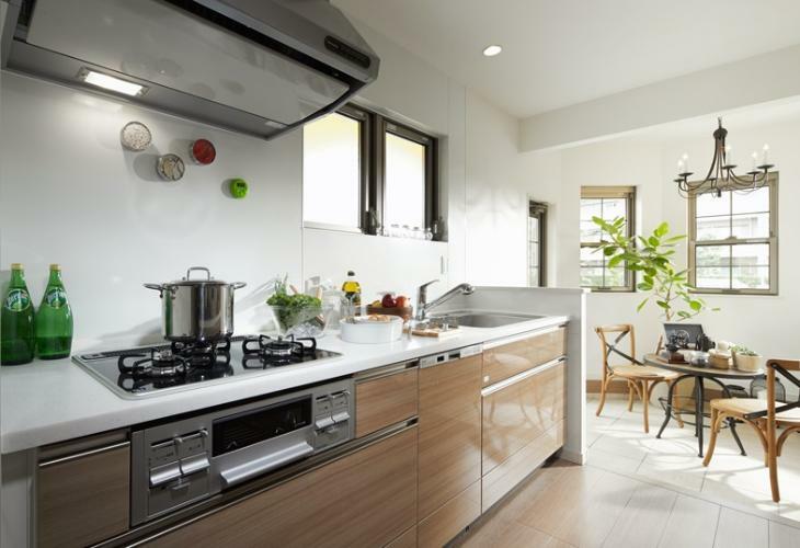 キッチン ※掲載の写真は、I街区90号棟(分譲済)を2016年10月に撮影したものに、一部CG加工を施しており、造作家具等オプション品(費用別途)が含まれています。家具・備品・調度品等は販売価格に含まれていません。