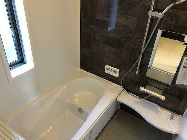 浴室 建具に合わせたアクセントパネルです