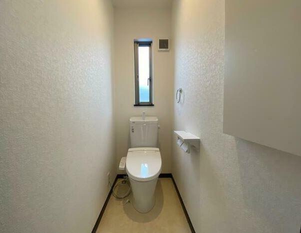 トイレ 2Fトイレ。壁には埋め込み収納があり小物が片付けられます