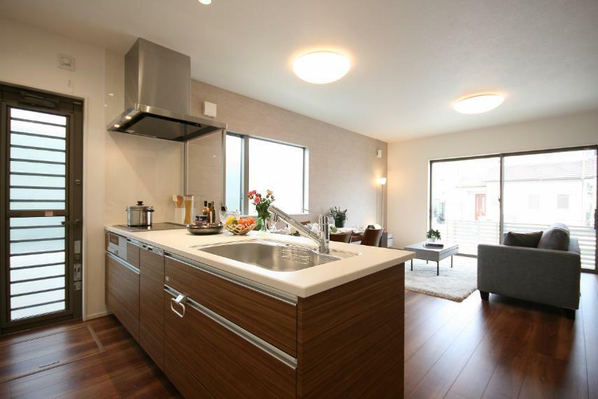 キッチン 【B棟キッチン】勝手口のあるキッチンは作業スペース、キッチン背面にもゆとりがあります。カウンター越しにお料理を運んだり、お子様と一緒にお料理をしたりとキッチンを中心に家族の会話が弾みます。