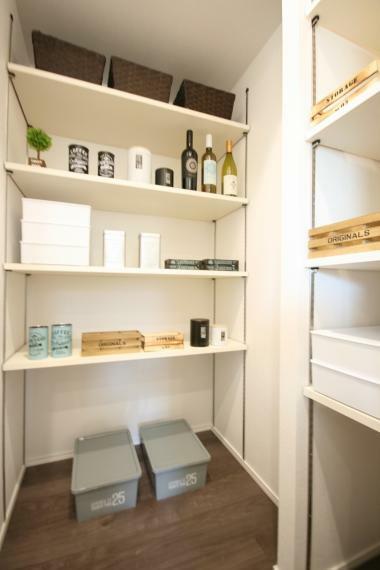 収納 【E棟】キッチン横にはパントリーを設置。食品やペットボトルのストックからホットプレートなどの調理器具など必要な時にさっと取り出せます。棚の高さが自由に変えることができるのもポイントです。