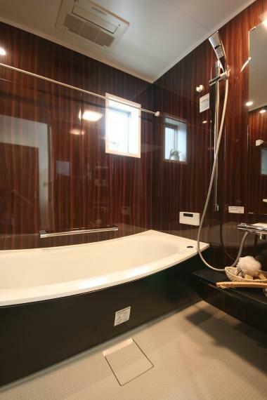 浴室 【B棟】毎日の疲れを癒してくれる快適なバスルームは大人でも足を伸ばして入浴できるサイズの浴槽です。