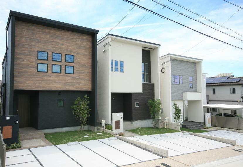 現況外観写真 【CDE棟外観】駐車場は並列2台、宅配BOX、約40平米のお庭付。暮らしやすさはもちろん、豊富な収納力やデザイン性にも重視した空間コーディネートを是非現地にてご覧ください。