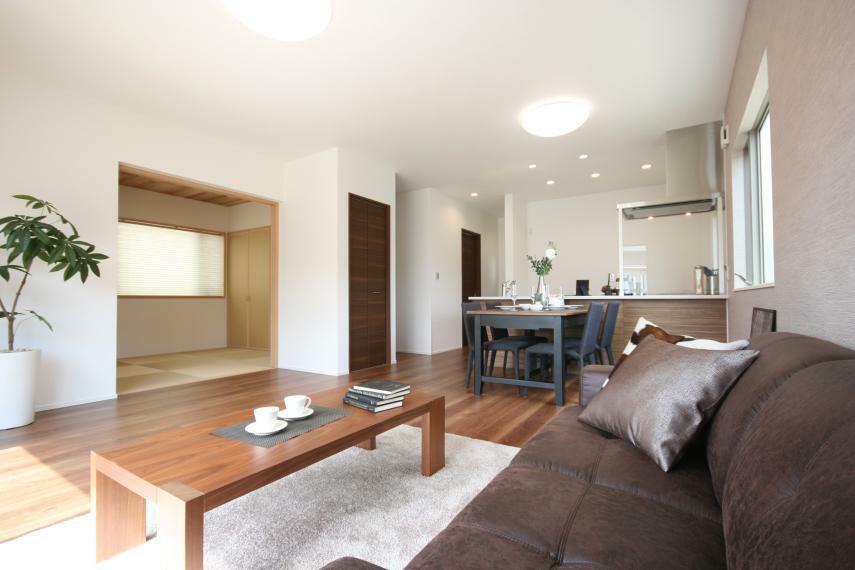 リビングダイニング 【B棟LDK】18.0帖の広々としたLDKは、家具を配置してもゆとりあるスペースがあり家族の憩いの場となります。和室も隣接しており、空間の広がりを感じます。