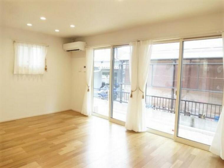 居間・リビング 大きな窓から光が差し込む明るいリビングです