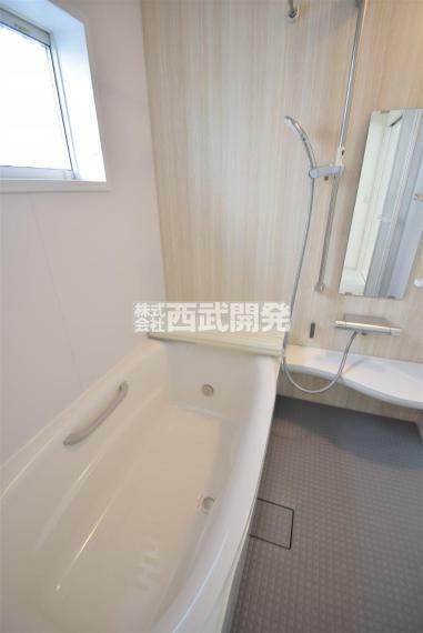 浴室 坪サイズのゆったりとしたお風呂です。 足を伸ばしながら一日の疲れを癒してみませんか?