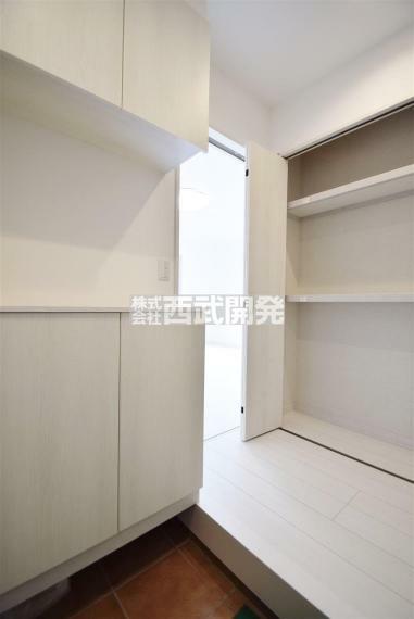 玄関 収納スペースが豊富な玄関です。 荷物が多く玄関スペースが狭くなってしまう方でも安心ですね。