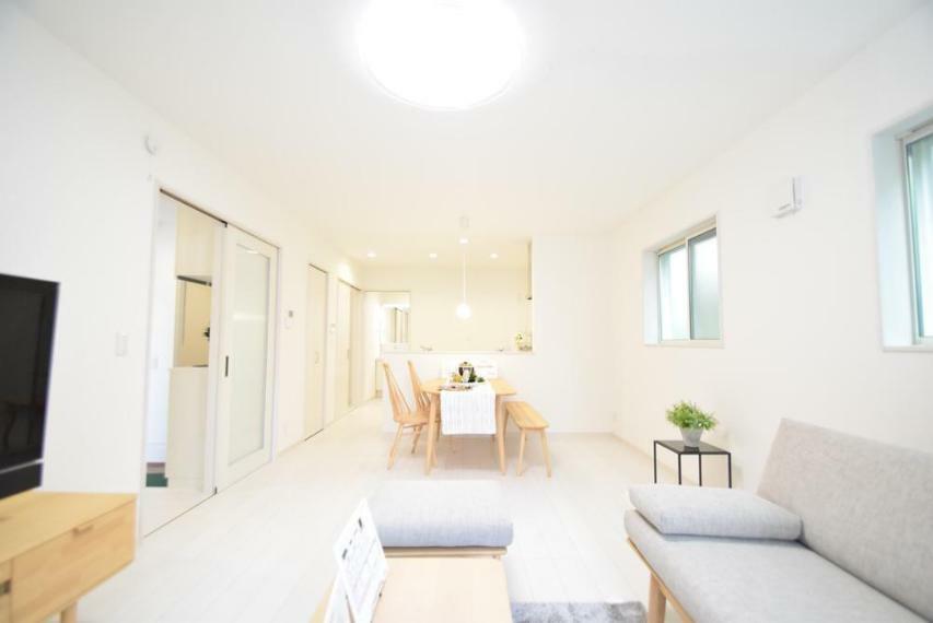 居間・リビング 17帖と開放感ある広さのリビングでのびのびと過ごす事ができます。※家具等は価格に含まれません。