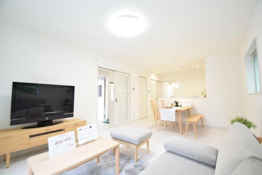 居間・リビング 南側からの明るい陽射しがリビングを明るく照らしてくれます。※家具等は価格に含まれません。