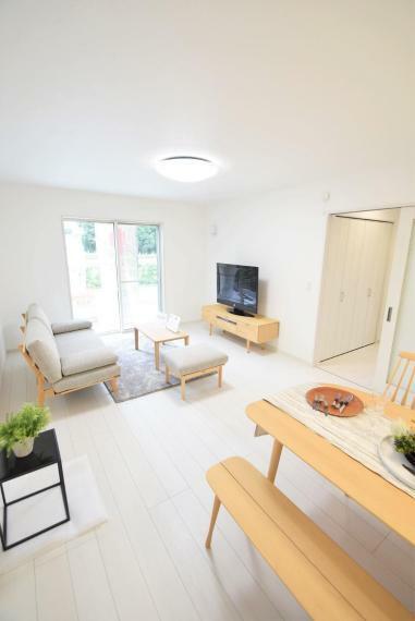 居間・リビング ホワイトベースのリビングなので広く感じます。 黒のテレビボードやチェスとを置いてモノトーンコーディネートにするのもオシャレですね。※家具等は価格に含まれません。