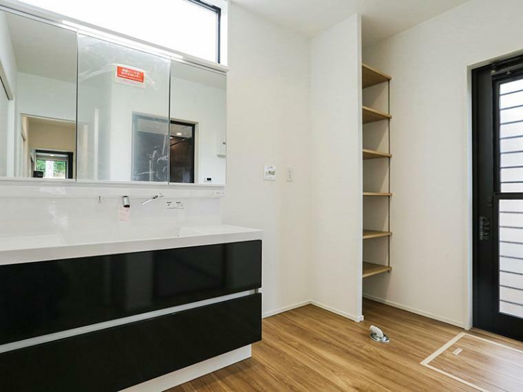 洗面化粧台 3.5帖の洗面室。キッチンとつながる家事のしやすい配置です。(A-5号棟)