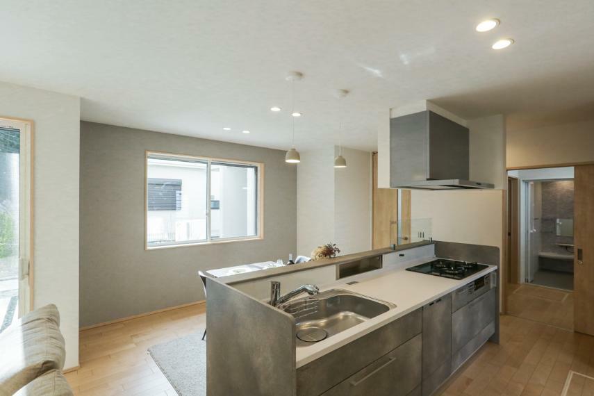 キッチン 自由な動線を生むアイランドキッチン。開放的で効率良く作業ができます。(A-7号棟)