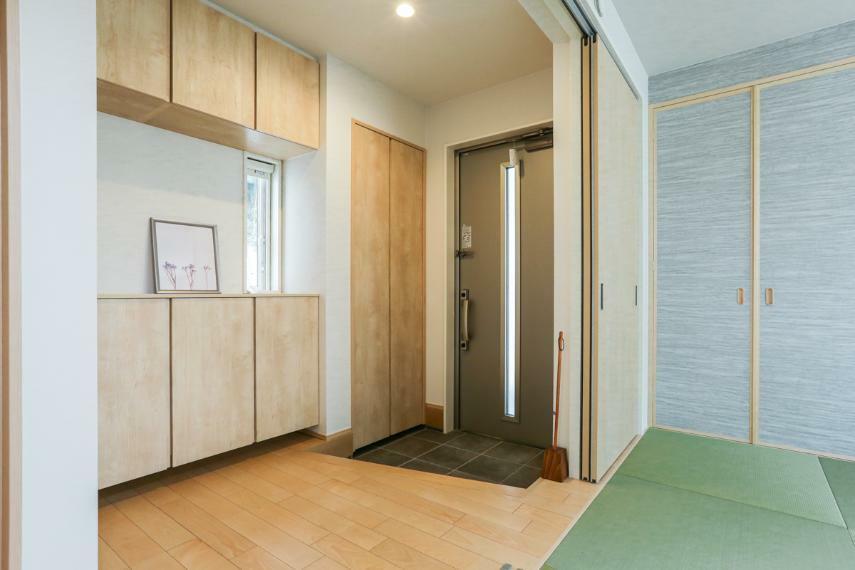 和室 デザイン性の高い半帖畳を使用したくつろぎの和室。客間としても便利です。(A-7号棟)