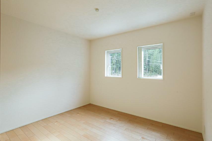 洋室 風景を切り取る、額縁のような窓がおしゃれな洋室。(A-7号棟)