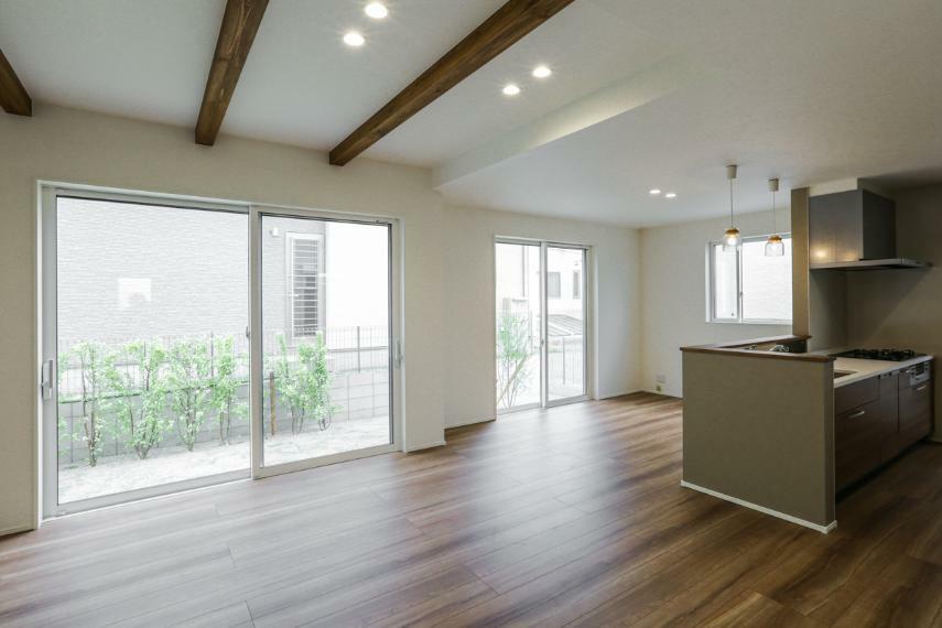 居間・リビング 南側に広く間口をとったLDKはとても明るく、開放的な空間です。(A-9号棟)