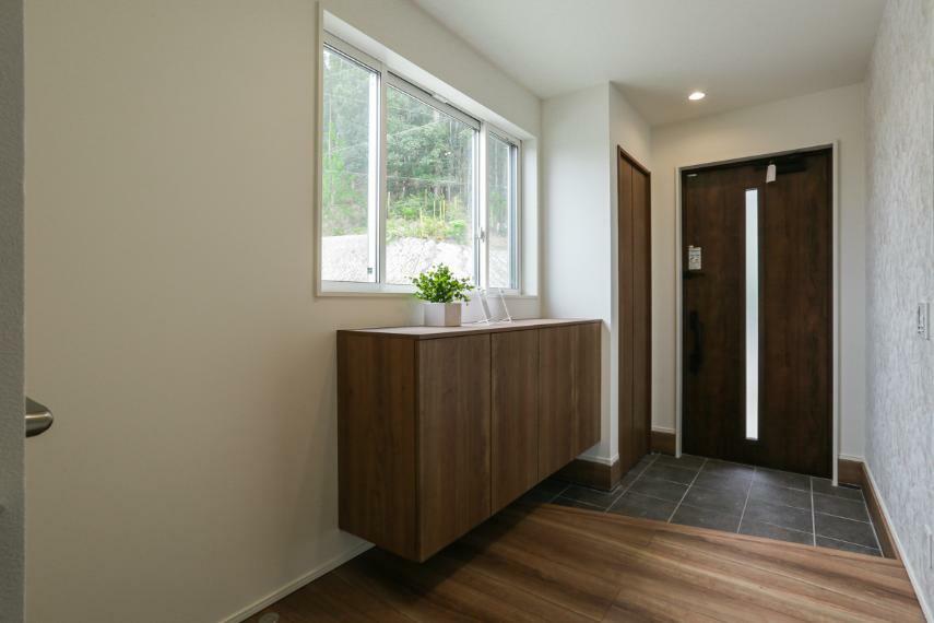 玄関 家族やお客様を気持ちよく迎える、明るい玄関。(A-9号棟)