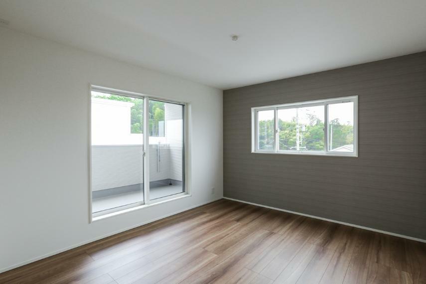 寝室 8帖の広い主寝室。落ち着いた室内空間。大容量の収納を設けました。(A-9号棟)
