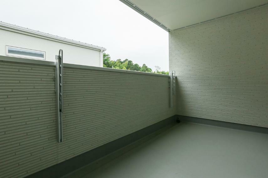 バルコニー 屋根があるのでイスやテーブルを置いてくつろぎスペースとしても利用可能なインナーバルコニー。(A-9号棟)