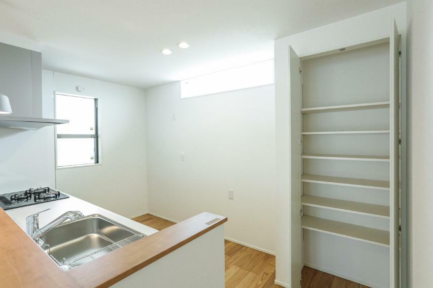 キッチン パントリーは道具の保管や食品の貯蔵などにとても便利です。(B19-7号棟)