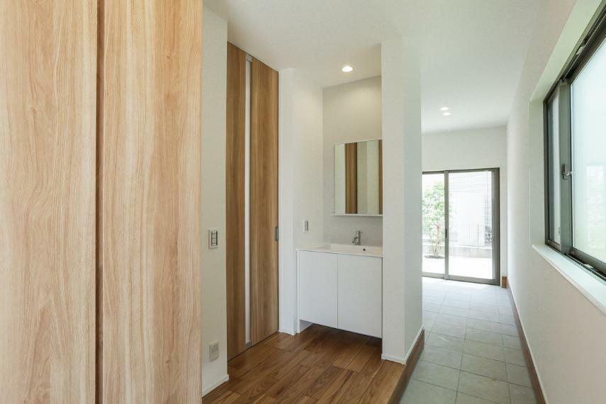 玄関 庭とつながる広い土間のある玄関。便利な洗面台を設置しました。(B19-7号棟)