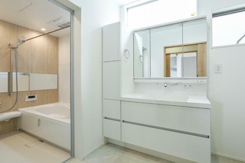 洗面化粧台 白を基調とした爽やかな洗面室。大容量の収納を備えています。(B19-7号棟)