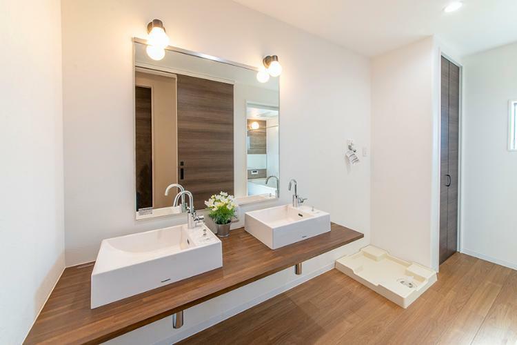 洗面化粧台 【モデルハウス/洗面化粧台】 広々とした洗面台はオシャレで人気のデザイン。毎日使う場所だからこそ、お手入れのしやすさにもこだわりました。