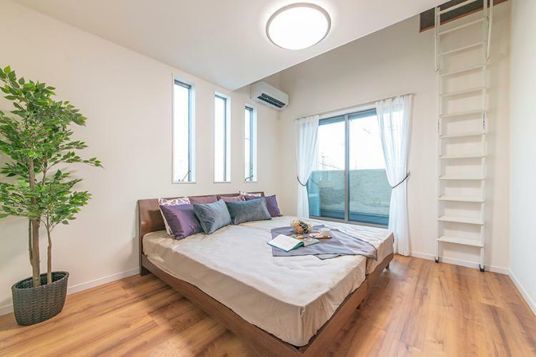 寝室 【弊社施工例/主寝室】 明るい主寝室は、気持ちの良い朝から毎日がスタートできますね。2.7帖のロフトもあり、収納や寛ぎの空間など、お好きなスペースに。