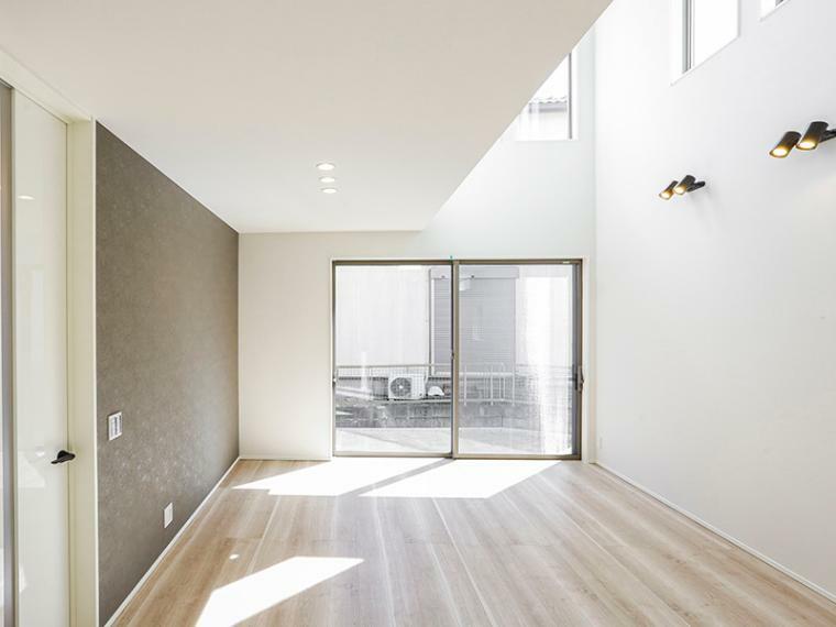 居間・リビング リビングには室内に明るい光を届ける吹き抜けを設けました。(1号棟)