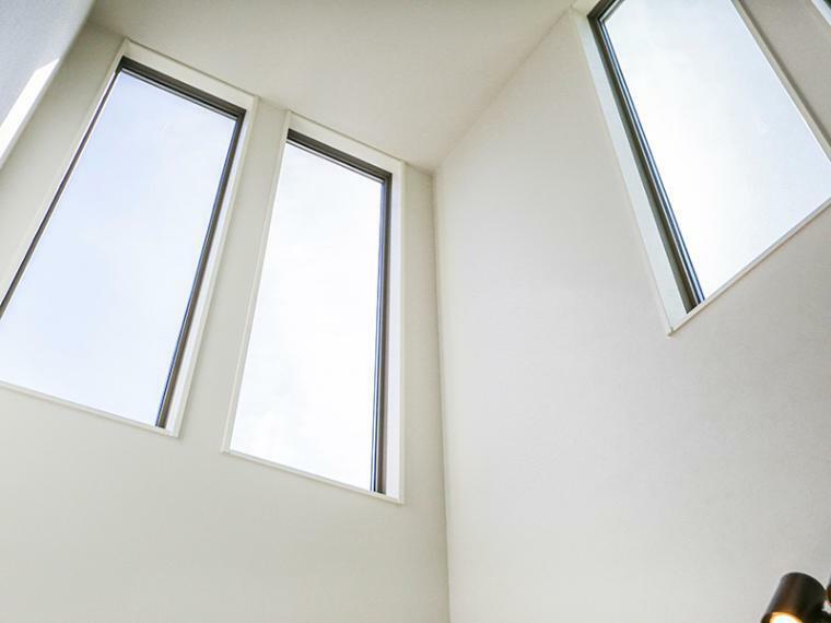 居間・リビング リビング上部の吹き抜けからは明るい光が降り注ぎ、室内を照らしてくれます。(1号棟)