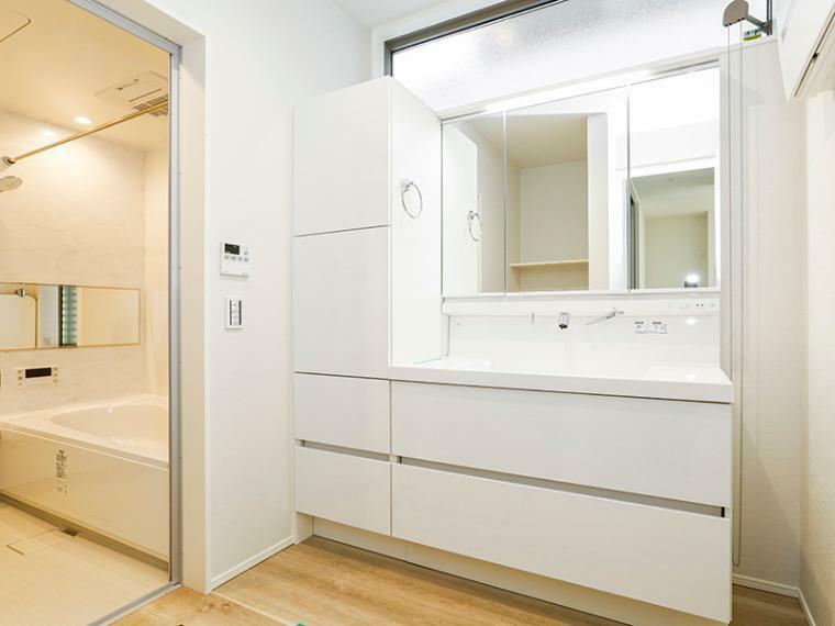 洗面化粧台 白を基調とした爽やかな洗面室。大容量の収納を備えています。(1号棟)