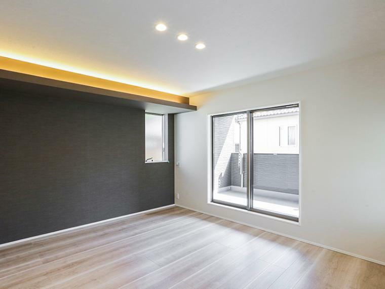 寝室 ゆとりある8帖の主寝室は、たっぷり収納できるウォークインクローゼット付き。吹き抜けとつながる窓を設けたことで、リビングにいる家族の気配を感じることができます。(1号棟)