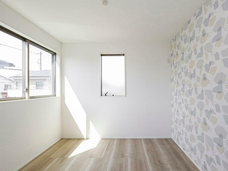 洋室 子供部屋にぴったりの明るい洋室。壁面はアクセントクロスでおしゃれな仕上がりに。(1号棟)
