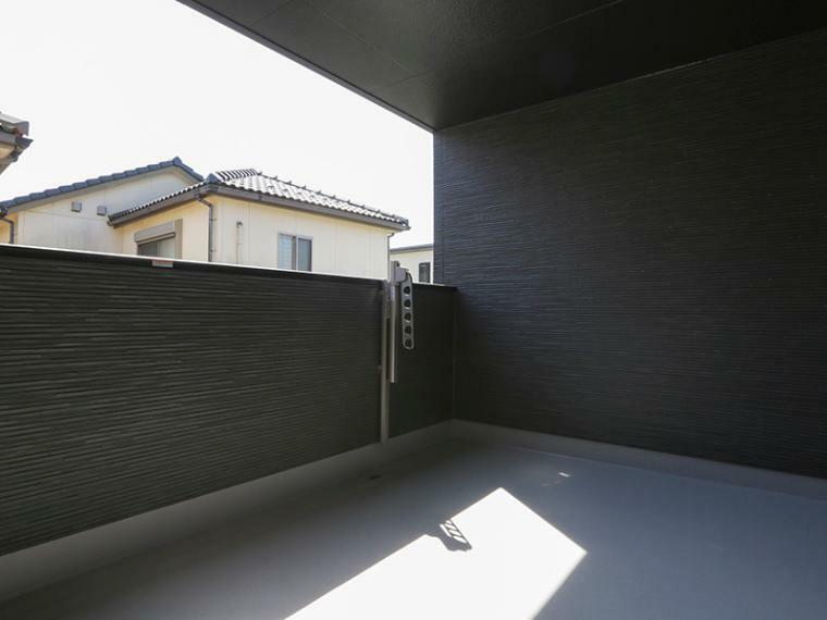 バルコニー 屋根があるのでイスやテーブルを置いてくつろぎスペースとしても利用可能なインナーバルコニー。急な雨でも安心です。(1号棟)