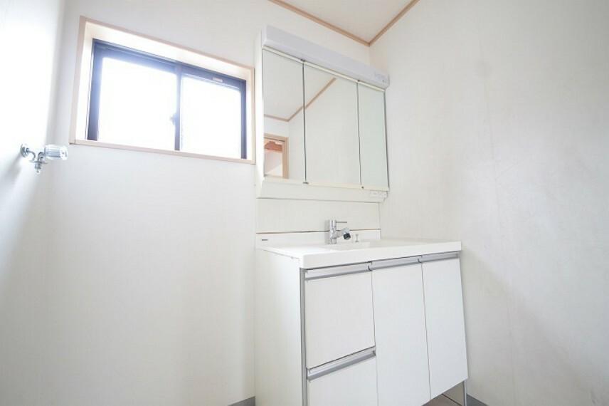 洗面化粧台 三面鏡付のワイドな洗面台は身だしなみ確認も余裕をもって行えます。