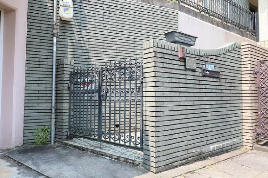 玄関 大きな重厚感のある門扉ですね
