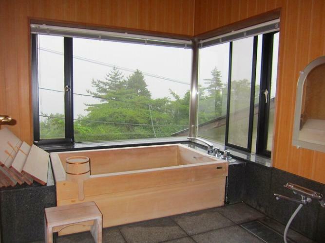 浴室 古代檜を使用した浴槽のある浴室。眺望も楽しめます