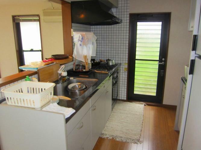キッチン 対面式システムキッチンと勝手口