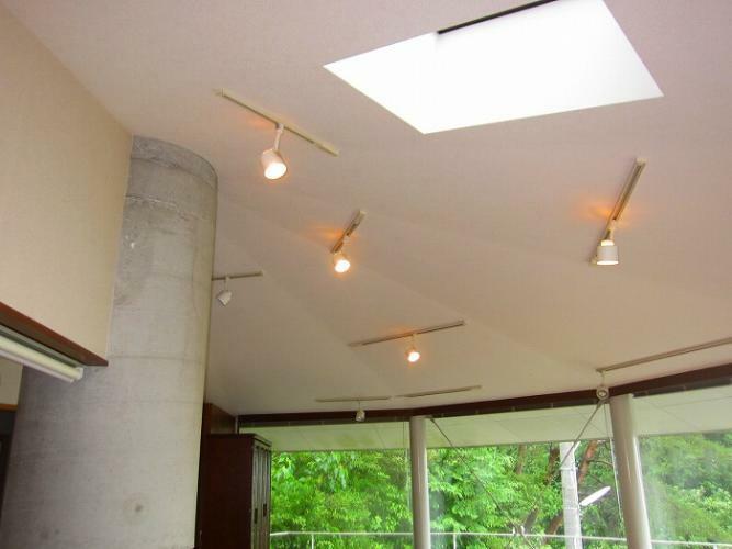 居間・リビング リビング上部には天窓と間接照明