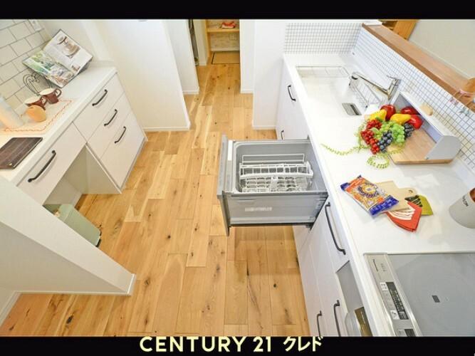 キッチン 毎日、立つキッチン!とってもかわいいですね!食器洗い洗浄器があれば、冬に手が荒れて・・・・って、だいぶなくなります。IHクッキングヒーターも大変便利です!お掃除もしやすい!!