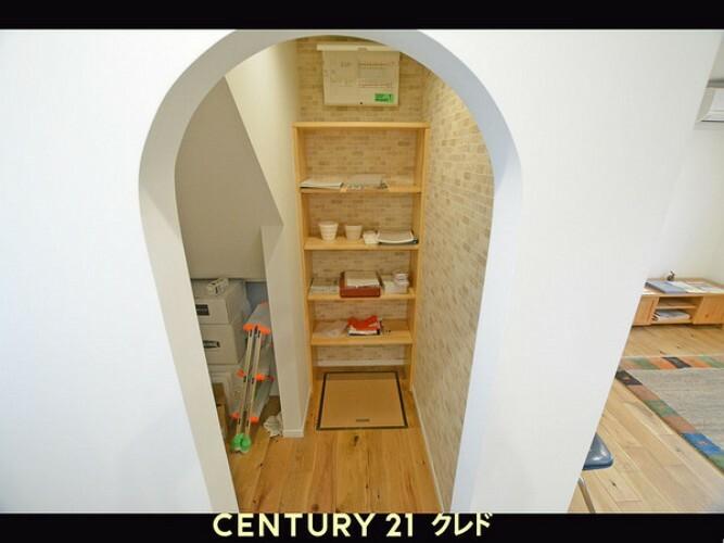 収納 パントリーです。入口の形が可愛いですね!!貯蔵庫や物があふれがちなキッチンまわりを美しく保てます!