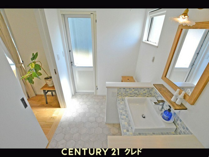 洗面化粧台 洗面台は、人気のタイル仕様です!陽射しがたっぷり入って明るい空間です。