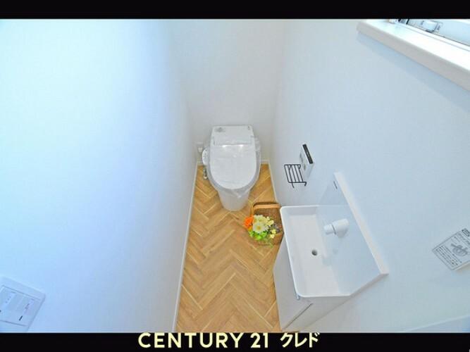 トイレ 嬉しいウォシュレット機能付きです!窓もついているので明るく、換気も行き届きますね!毎日の生活を快適に過ごせる設備・仕様が詰まった邸宅を是非ご覧ください