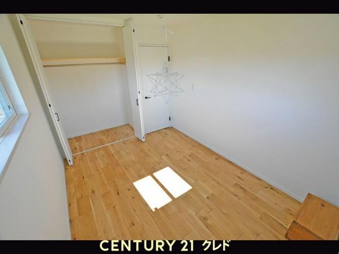 洋室 西側洋室です。クローゼットも完備。床があたたかみがあります・・・