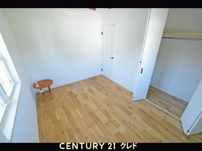 洋室 二階、南東のお部屋です。クローゼットも広くお子様のお部屋にいかがでしょうか?